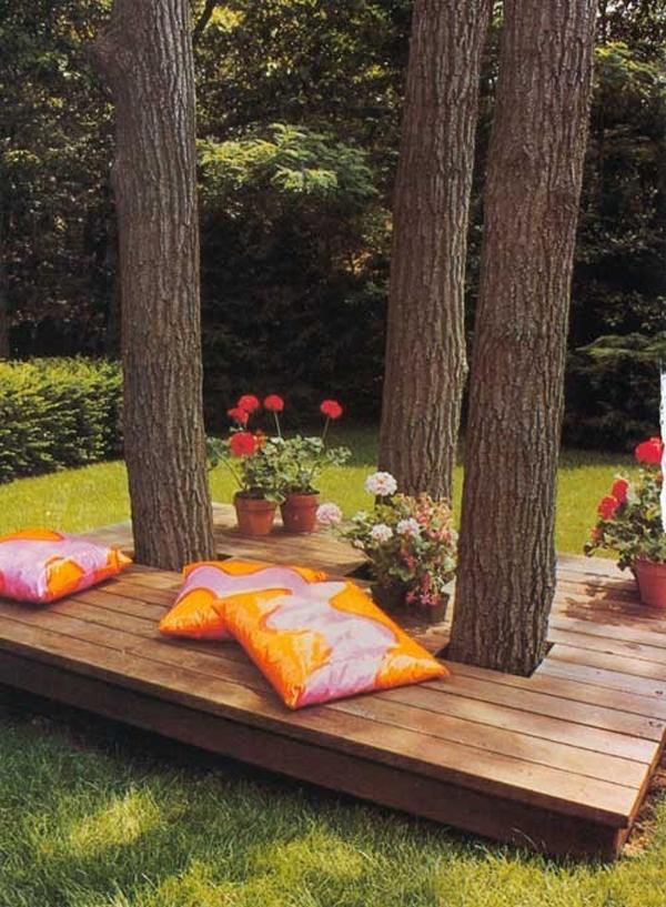 Baumerhaltung auf der modernen Terasse im Garten