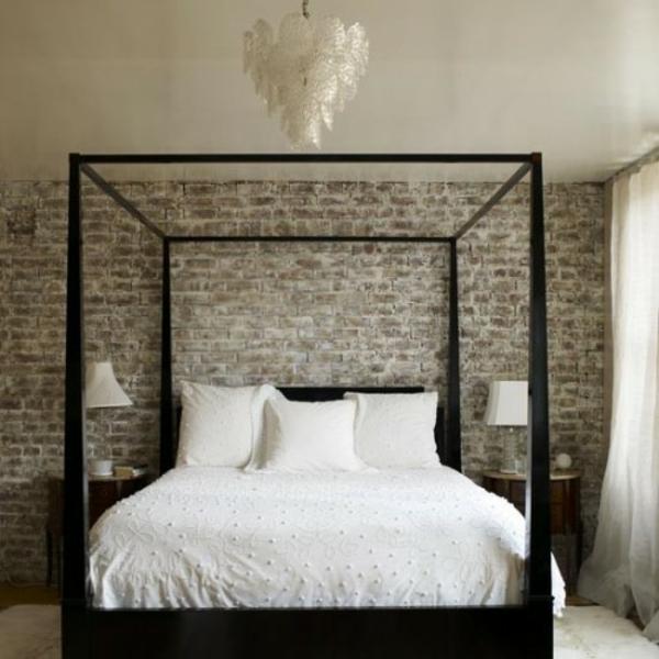 Klassisches Bett mit Backsteinmauer  grau weiß