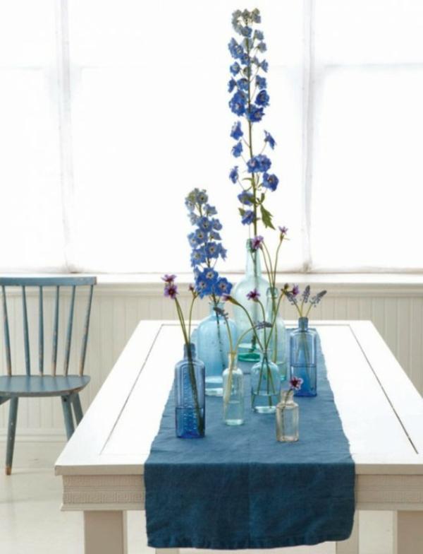 blaue motive idee dekoration tisch ostern blumen decken gläser