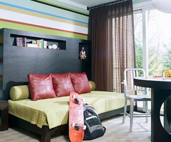 Wand mit Streifentapete dekoriert