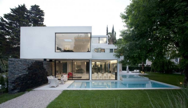 Schlafzimmer Himmelbett offenes Regalsystem Pink Weiß Regale Holzboden The P House