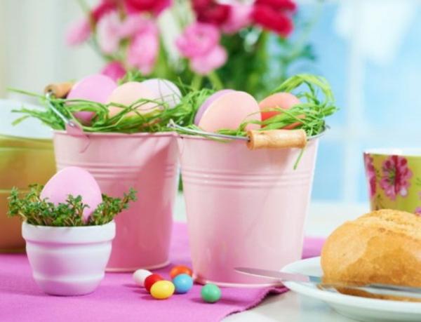 dekorative metaleimer voller ostereier rosa farbe