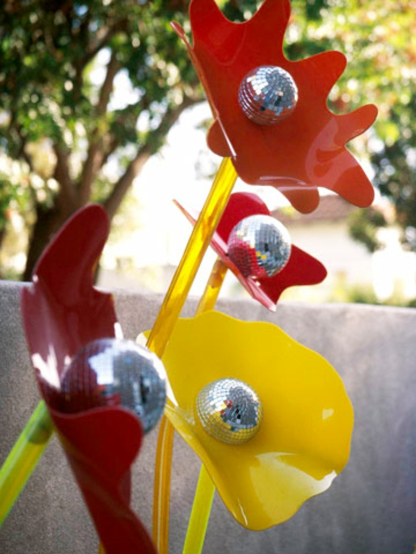 diskobälle glänzend gartendeko idee gelb rot akzent gartenkunst