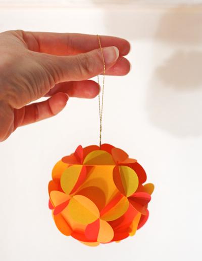 Einen Ball mit Blumen Papier