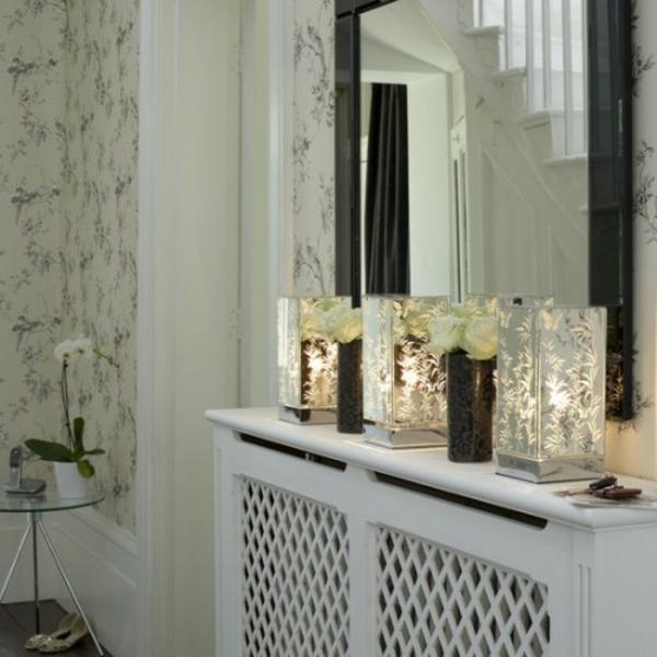 extravagant spiegel idee installation hausflur gang blumen lichter