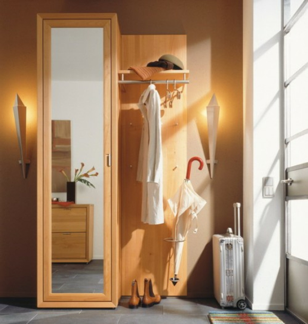 extravagant spiegel idee installation hausflur gang regenschirm