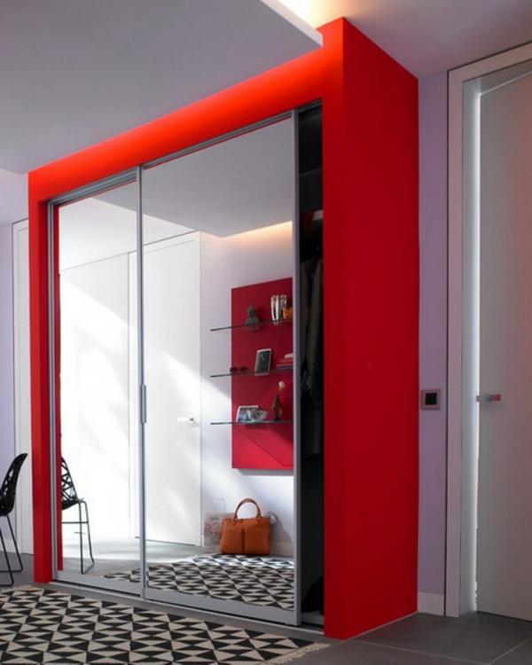 extravagant spiegel idee installation hausflur gang uebergross schrank rot farbe