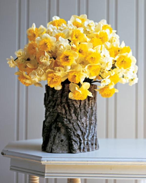 gelbe narzisse coole deko idee baumstumpf vase selber basteln