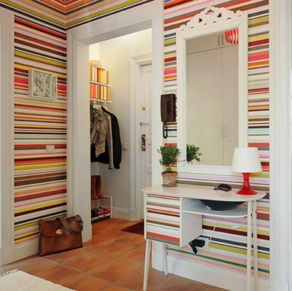 installation von spiegeln idee design hausflur gestreifte wände bunt