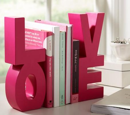 irregular buecher  voller liebe rosa farbe valentinstag