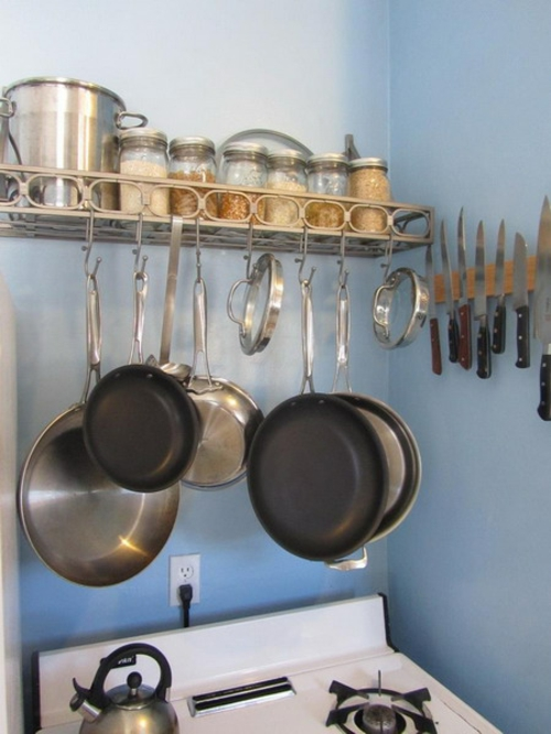 küchenregal kochofen idee pfannen schienen