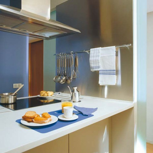 küchenschienen praktische ideen teller tassen besteck