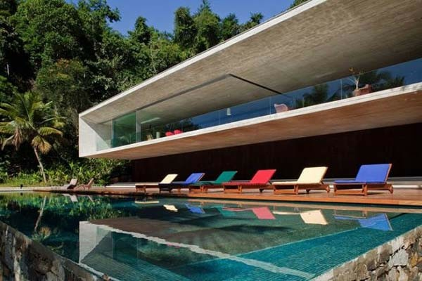 party-haus-bunt-liegestuhl-pool-schimmbad-design-spektakulaer