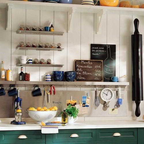 praktische-küchenschienen-ideen-küchenpapier-gewürze