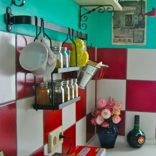 rote weisse küchenfliesen küchenschiene vase blumen glas