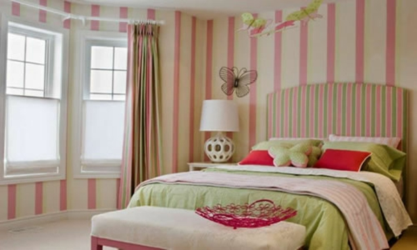 wanddekoration mit streifentapeten im schlafzimmer. Black Bedroom Furniture Sets. Home Design Ideas