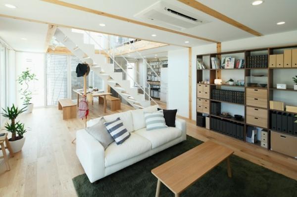 Urban Wohnzimmer Sofa Streifen Kissen Treppe Holz Plastik Materialien
