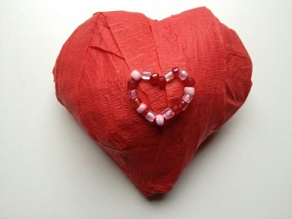 Schönes Herz aus Rotpapier zum Valentinstag