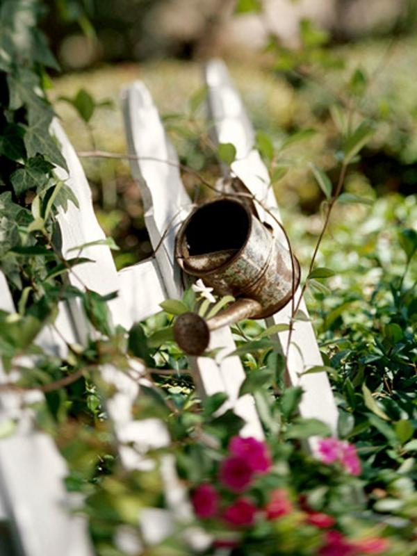 garten idee giesskanne zaun deko