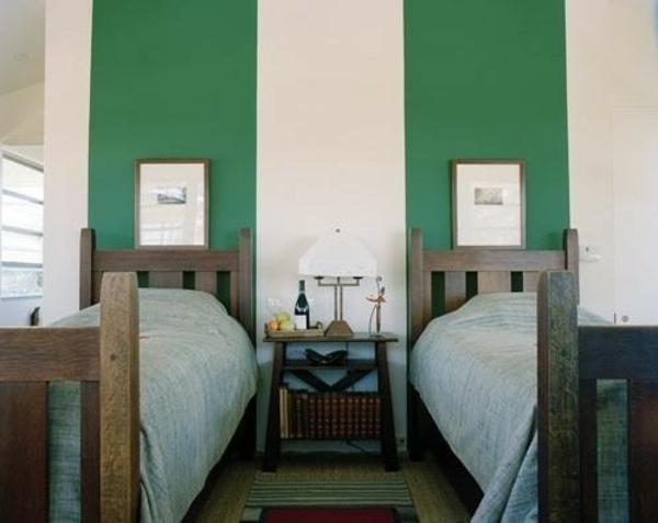 Wanddekoration: Bunte Streifen an der Wand hinter dem Kopfbrett