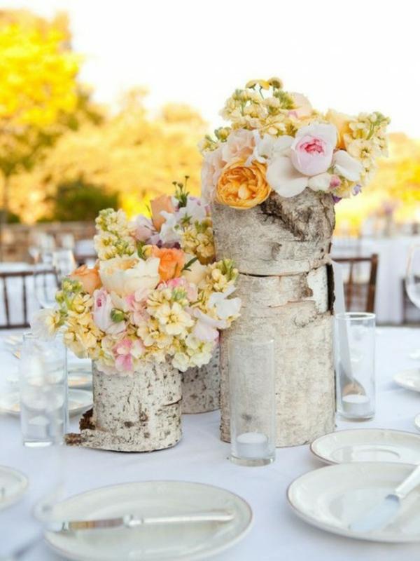 vielfalt-blumen-outdoor-tisch-dekoration-baumstumpf-vase