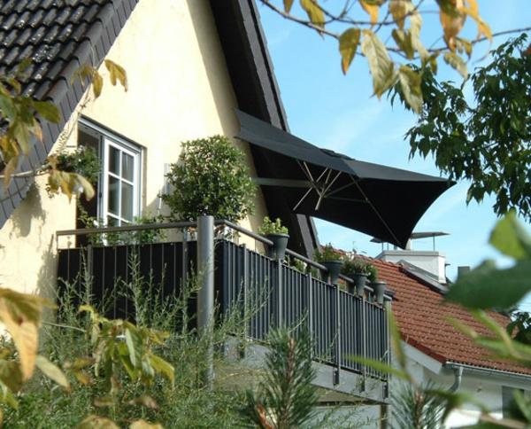 wandmontage ideen patio sonnenschirm schatten balkon terrasse