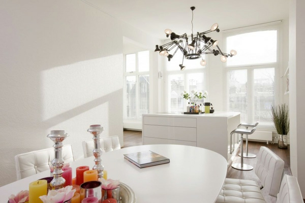 Weiße Interieurs bunte kerzen akzent idee stil design