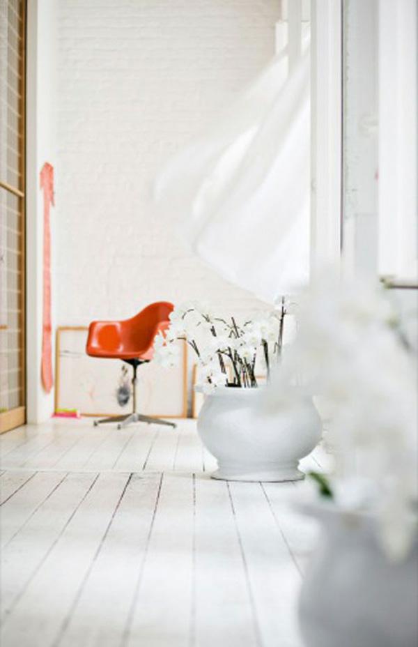 Weiße Interieurs orange akzent stuhl plastik idee holz boden