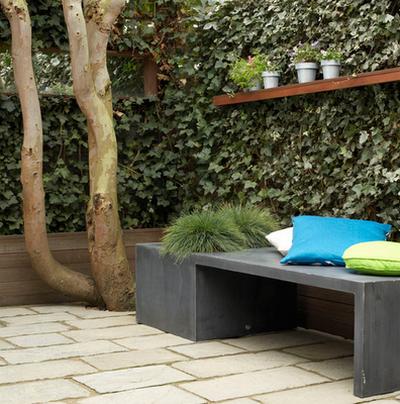 Garten Sitzbank grau Baum Busch Kissen gemütlich