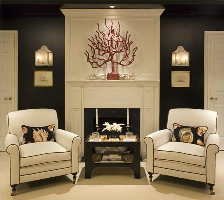 Innendekoration mit  Zweigen Kamin Sessel Tisch wundervoll