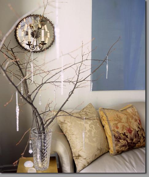 Innendekoration mit Zweigen Vase Couchstisch Sofa Kissen