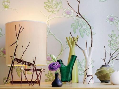Innendekoration mit Zweigen bunte Dekoration Lampe Tisch