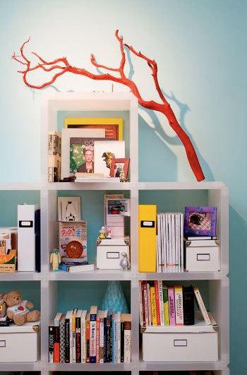 Innendekoration mit Zweigen rot Buchregale Kinderzimmer Design