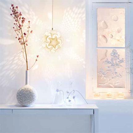 Innendekoration mit Zweigen weißes Interieur Design Vase