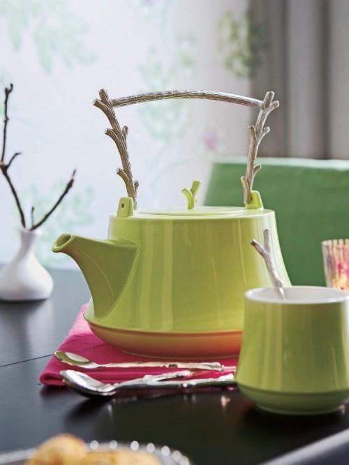 Kännchen Innendekoration mit Zweigen Tisch grün Löffel