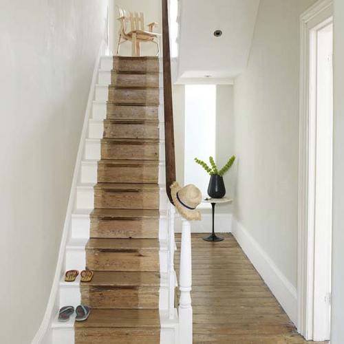 Stilvolle Treppendekoration weiße Farbe Holz Tisch