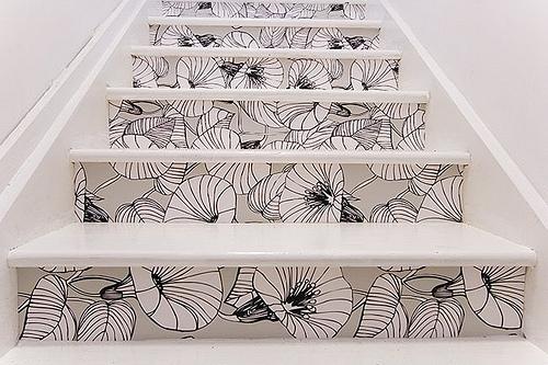Stilvolle Treppendekoration weiße schwarze Blumen Muster