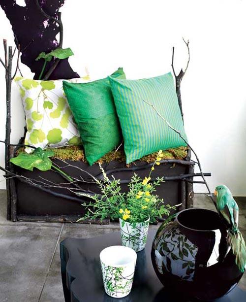Zweigen Dekor Terrasse schwarzer Tisch Kissen