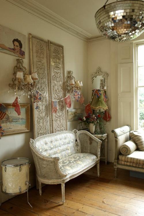 aristokratisch luxus wohnzimmer couch spiegelkugel übergroß