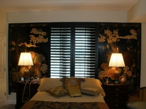 asiatischer stil schlafzimmer leuchtende tischlampe fensterladen idee
