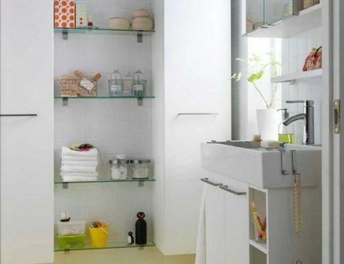 aufbewahrung und ordnung im badezimmer gläserne regale