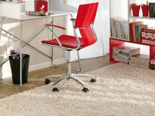 auffallende rote akzente sitzstuhl weiß schreibtisch arbeitsplan weich hellfarbig teppich