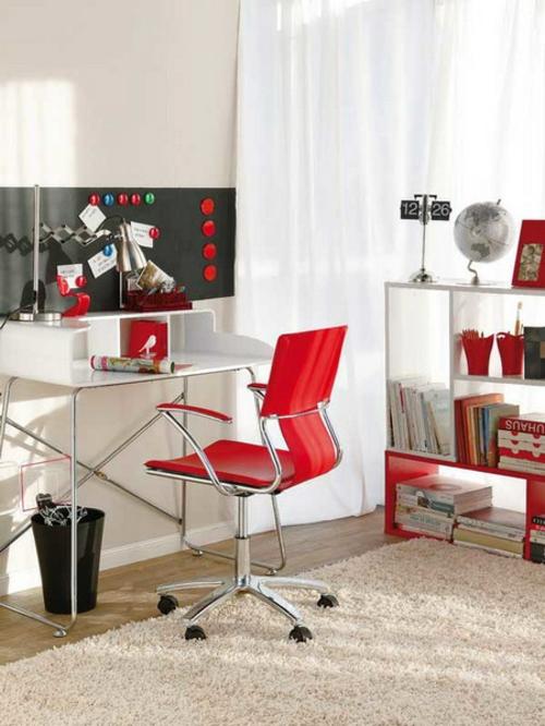 bücherregale tafel schwarz rot stuhl weich teppich holz Heimbüro mit roten Akzenten