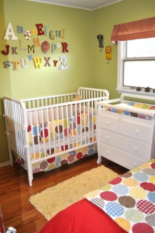babybett wickelkommode weiß farbe grüne Kinderzimmer Interieurs