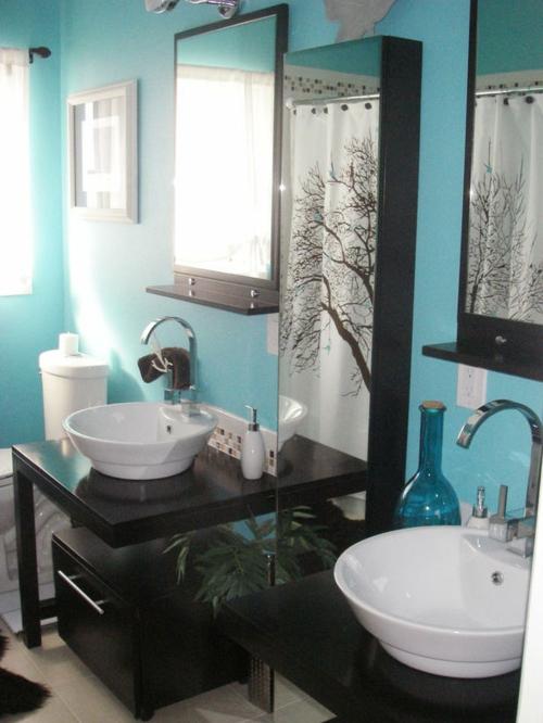bad einrichtung schwarze möbel blaue wände große spiegel