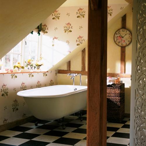 Elegant Bad Interieur Dach Badewanne Retro Floral Muster