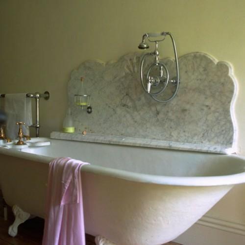 bademantel damen idee badewanne fliesenspiegel design