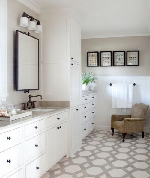 badezimmer idee design bemalte fußboden beige sessel