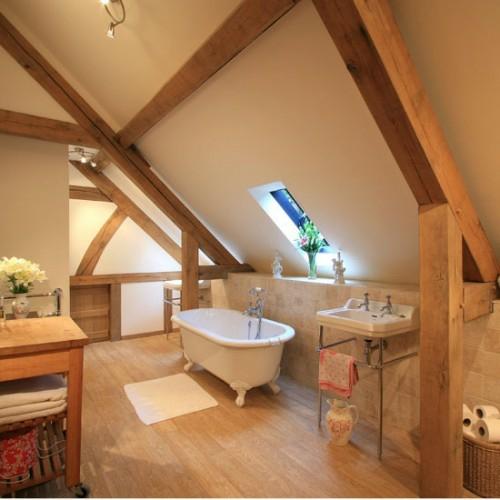 ... , grellblaue Badewanne im Dachgeschoss – außergewöhnliche Idee