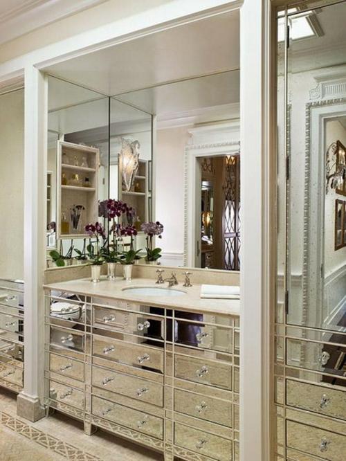 Badezimmer Interieurs spiegel schubladen schränke waschbecken blumen